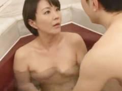 【円城ひとみ】入浴中に娘婿が迫ってきて身体中を弄られ手マンでイカされる。婿は物足らず、義母の寝室にまで入ってくる。
