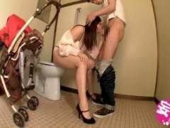 江上しほ 公衆トイレに知らない男を連れ込みデカチンを咥える欲求不満の巨乳淫乱人妻