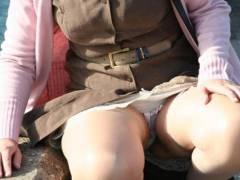 パンツ見えてるって気付いてない素人娘達のしゃがみパンチラ画像を集めてみたwwww