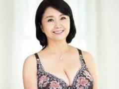 ぽっちゃり六十路妻が若者に突かれてドエロな表情でよがりまくる! 秋吉慶子