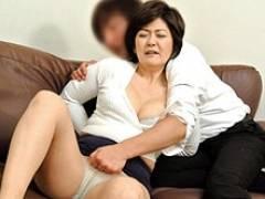 酒に酔ってうたた寝してしまった五十路母を襲う息子! 山口寿恵 白山葉子