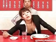 【飯島くらら】OLお姉さんの昼飯にザーメンぶっかけするフェチ動画