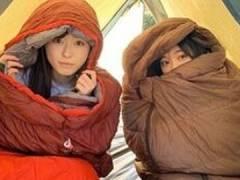 福原遥が大原優乃とテントの中でほっこり寝袋ツーショット。