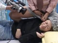 【MM号】顔射させてくれた素人娘のほっぺをつたる精子を女性アシスタントがペロリ