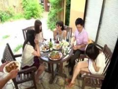 ホームパーティーにやって来た人妻に欲情した男が食事に媚薬を盛って欲望のままにハメる!
