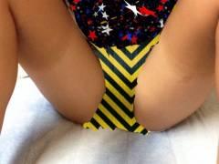 【m字かいきゃく画像】ミニマム美少女が日焼け跡を強調してなんとM字開脚までしちゃったエロ画像!