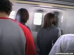 どうやって撮ったか不明な素人JK2人をつけて電車で囲んで悲惨なチ●ンレ●プ