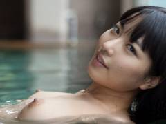 【入浴おっぱいエロ画像】湯船に浮き沈みしてる、おっぱいが気になる娘たち