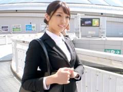 逸材度超SSS級の24歳OLがAVに応募。モデル並みのスレンダー美女がリクルートスーツ姿のままホテルへ…