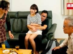 上川星空 星あめり 家族の目の前で挿入する変態姪っ子!ソファで中出し騎乗位始めちゃう痴女娘