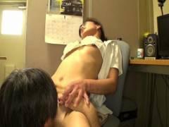 平岡里枝子 熟女看護師が恥ずかしがりながらおっぱ見せおマンコくぱぁクンニされ感じちゃう