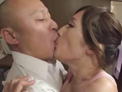 【動画】裸エプロン姿のJULIAが中出し濃厚SEX