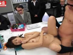瑠川リナ 美乳スレンダー美女が大勢の前でSEX!手マンで感じて潮吹き絶頂