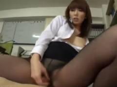 【エロ動画】残業サボって後輩男を足コキと素股で責める痴女社員!