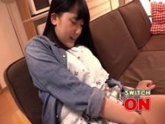 宮崎あや 黒髪清楚な美少女女子大生宅を訪問!ビッグバンローター装着で股間が疼きまくる