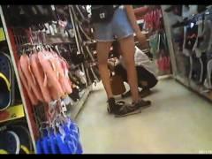【パンチラ】量販店で足の細いロリータのパンツを逆さ撮り!