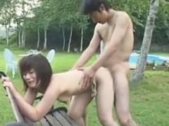 【エロ動画】セレブが使いそうな庭でヤられまくっているお姉さん!