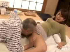 パンチラで夫の父を誘惑し性行為しちゃうビッチな巨乳妻!しかも中出しwww