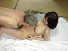 【フェラチオ】旦那のお義父さんに寝取られる人妻!体をくねらせ感じまくる嫁のNTRファック