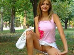 【ノーパン露出】スカートなのにパンツ穿かないって露出性癖の外人さん、こんな美少女まで汚染されてて草wwwwwwwww(画像30枚)