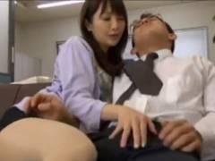 先輩ダメです・・・・ 部下のおちんちんをなでるように触る痴女女上司 骨抜きになる部下www ダメだとわかっていてもチンチンは敏感に反応するwww