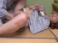 【翔田千里】家族で来た温泉旅行で酔って寝ている妻の側で義母とベロチューセックス
