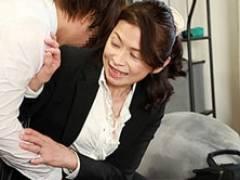 58歳の女上司が若い部下の家で打ち上げ、寝取られアヘ顔でヨガる! 遠田恵未