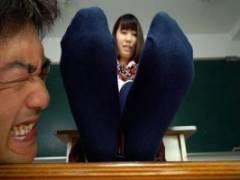 葉月もえ 西野はる JKの蒸れた靴下臭を堪能する変態!脱衣させて激臭の生足を舐めまわすw