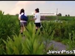 【おしっこ】学校の帰りに河原を歩いてるアウロリJKたちが野良ションです!