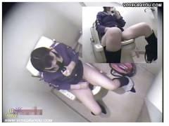 【トイレオナニー】これはやばい可愛いロリータ美少女なのに淫乱なオマンコ!公衆便所でオナニーしてイキまくりです!