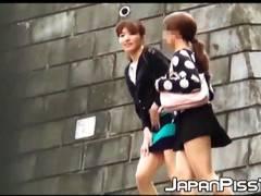 【おしっこ】女子大生ふたりがお漏らしをしそうでトイレを探しています!