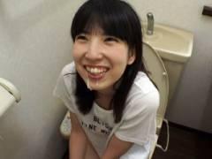 トイレに入る娘にフェラチオさせちゃう父親