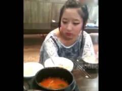 【無修正・個人撮影】 中国の複雑な家庭環境? 食事のシーンから撮影されたセックス映像が闇すぎ・・