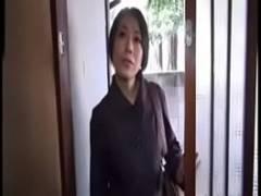 【熟汝動画倶楽部無料】40代の介護士さんがおじいちゃんの勃起したチンポに欲情してしまいマンコでチンポを咥えちゃう!