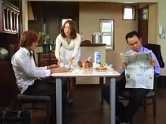 【おっぱい】青井マリ・なんと卑猥な母子相姦遊戯!幸せそうな家庭のボインお母さんが息子とセックス。