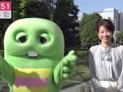 加藤綾子アナ、パンツが見えそうな白ミニスカート太もも。
