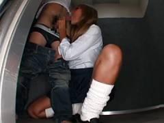 【宮下つばさ】エレベーターの中で男のチ○ポにシャブリつく痴女黒ギャル
