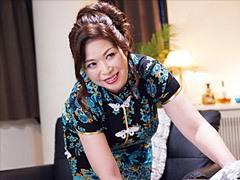 加山なつこ ぽっちゃり巨乳のキャバ嬢(四十路)がチャイナドレス姿でお客の下半身を癒す!