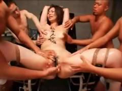【動画】体育倉庫で生徒に輪姦レ●プされザーメンが逆流するほど大量中出しされる巨乳女教師!