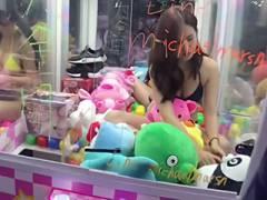 台湾さん、とんでもない「UFOキャッチャー」を発明してしまう!→巨乳のビキニ美女が景品に?