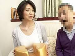 四十路の巨乳熟女AV女優・竹下千晶が独身男性宅にスケベ椅子持参で突撃SEX!