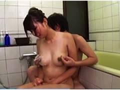 【松野朱里】ボインの母乳ママを息子がお風呂場でオッパイを乳搾りでモミモミ!これはやばいですね。
