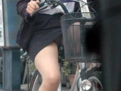 一瞬のパンチラが自転車でのパンチラなんでよく見てねww