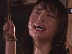 「ダメー!もう止めて!またイクイクイク…」木馬に取り付けられた電マがワレメを責め立て終わらない痙攣と絶頂