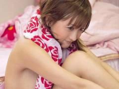 乳首が見えそうなくらい、横乳を露出している娘たち