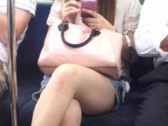 素人太もも画像 電車の中で発見!スカートで生脚晒して脚組んでる女が最高なんだがwwww