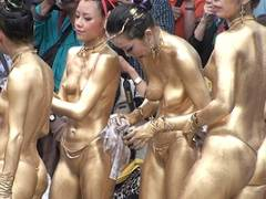【厳選エロ画像34枚】祭りで「金粉トップレスショー」おっぱい丸出し露出フェスが名古屋でやってんぞ「大須大道町人祭の大駱駝艦の金粉ショー」とかいうヤバすぎるエロ祭wwww【永久保存版】