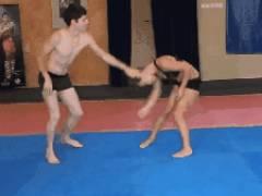 男と女のガチレスリング対決。男が寝技でボッコボコにされ勃起…wwwwwww(GIFあり)