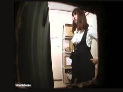 【更衣室+店員+盗撮】秋葉原のメイドカフェのロッカールームを店長が隠し撮り!デカパイお姉さんの着替えです。
