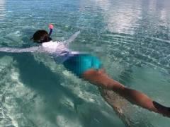 【放送事故】美女リポーターのパンツが透けてしまうハプニングwww短パンで海に潜った結果…【エロ画像21枚】